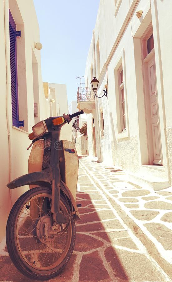 'trotinette' em ruas de Parikia, ilha de Cyclades, Grécia foto de stock royalty free