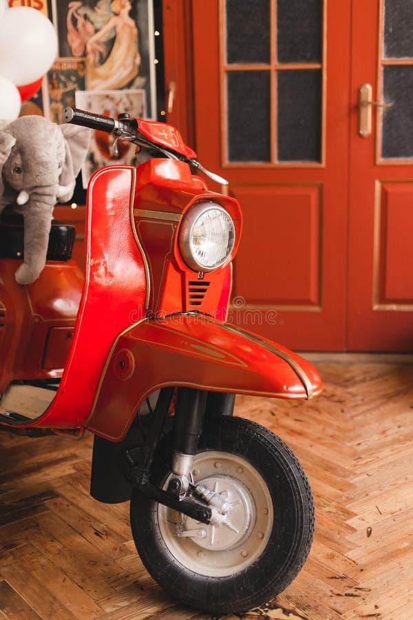 'trotinette' vermelho retro no vintage do oldschool interior com balões de ar imagens de stock royalty free