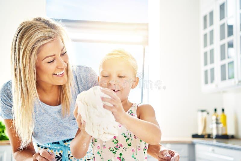 Trots meisje die het deeg voor haar Mum kneden royalty-vrije stock foto