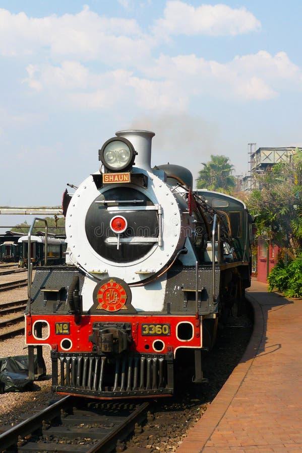 Trots van de trein van Afrika ongeveer om van Hoofdparkpost in Pretoria, Zuid-Afrika te vertrekken royalty-vrije stock afbeelding