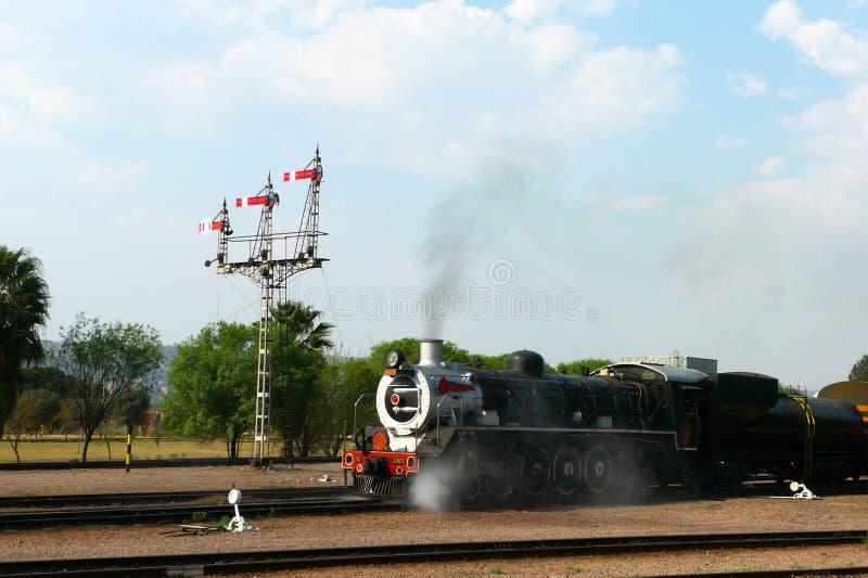 Trots van de trein van Afrika ongeveer om van Hoofdparkpost in Pretoria, Zuid-Afrika te vertrekken royalty-vrije stock foto's