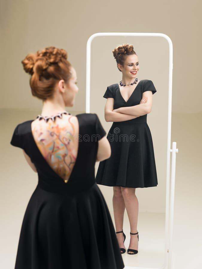 Trots van mijn kleine zwarte kleding stock foto's