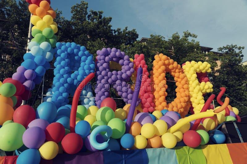 Trotsballons op een platform tijdens de Sofia Pride-parade stock foto