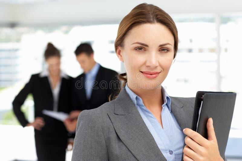 Trotse bedrijfsvrouw in bureau royalty-vrije stock afbeeldingen
