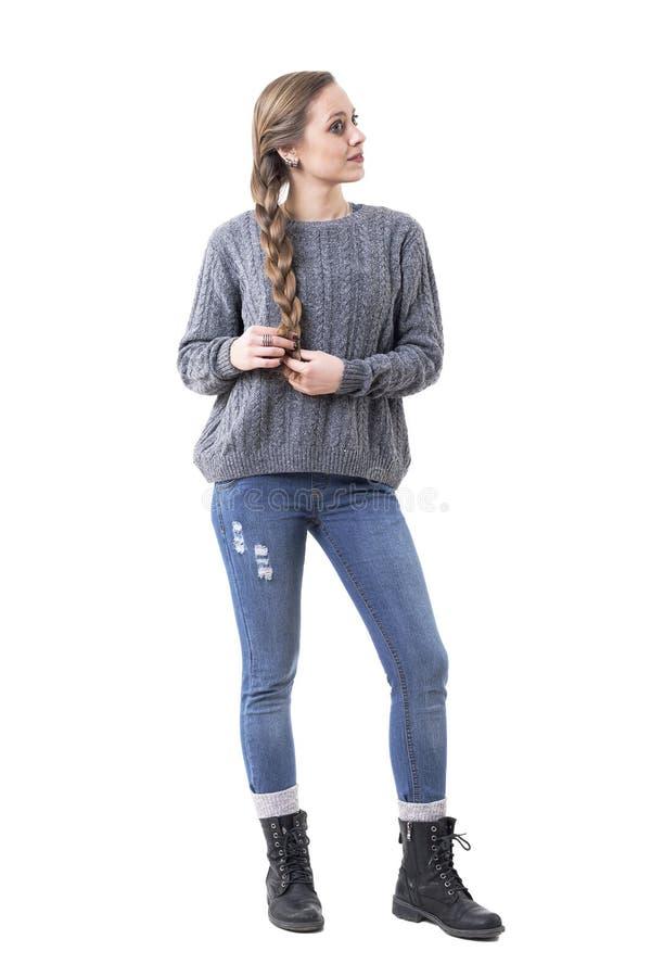 Trotse jonge leuke vrouw die zelf gemaakte haarvlechten houden weg kijkend royalty-vrije stock afbeelding