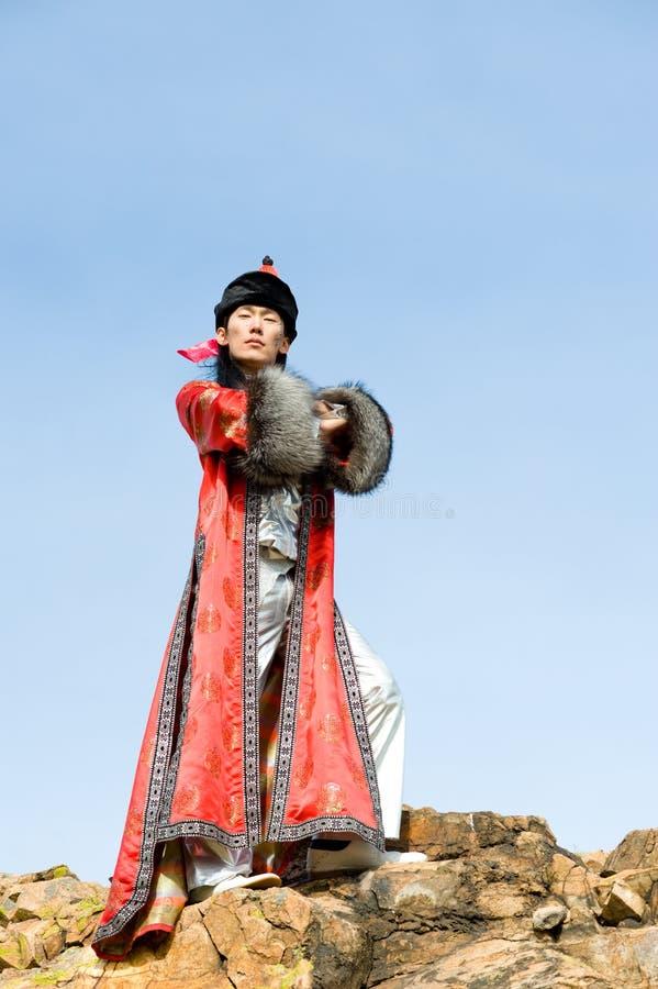 Trotse mens in Mongools kostuum stock afbeelding