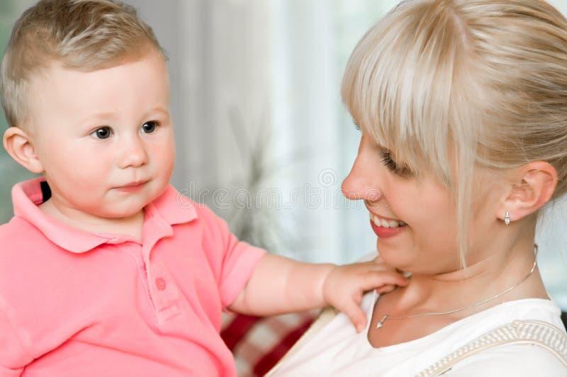 Trotse moeder met babyzoon stock afbeeldingen