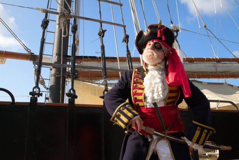 Trotse piraat met piraatschip royalty-vrije stock foto