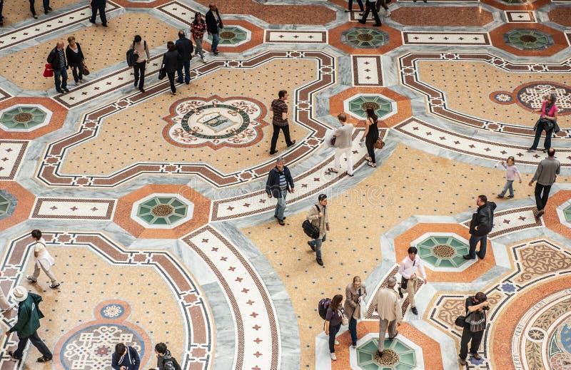 Trottoar av Galleria Vittorio Emanuele II som ses från ovannämnt i Milan, Italien arkivfoton