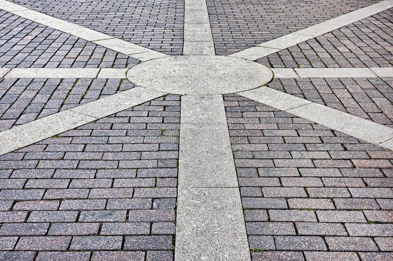 Trottoar av mönstrade tegelplattor för konkret trottoar arkivbilder