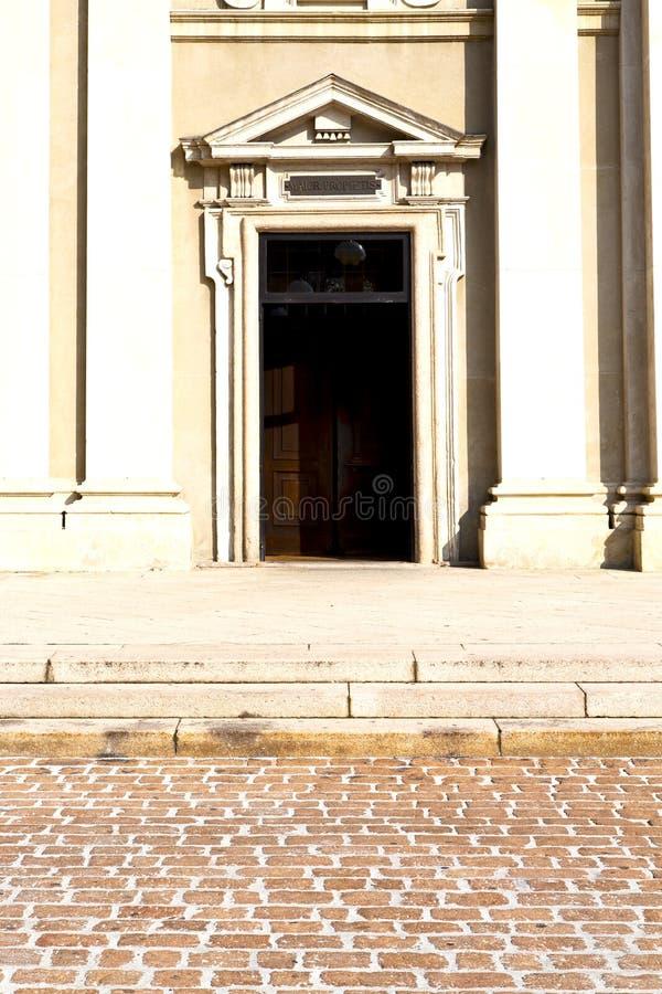 Trottoar för trottoar för brunt för mässing för Busto arsizioabstrakt begrepp rostig royaltyfria foton