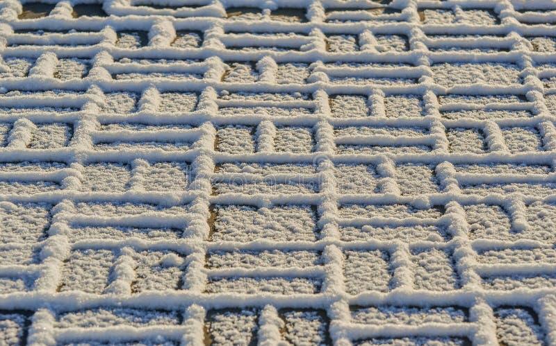 Trottoar som täckas med fluffig snö fotografering för bildbyråer