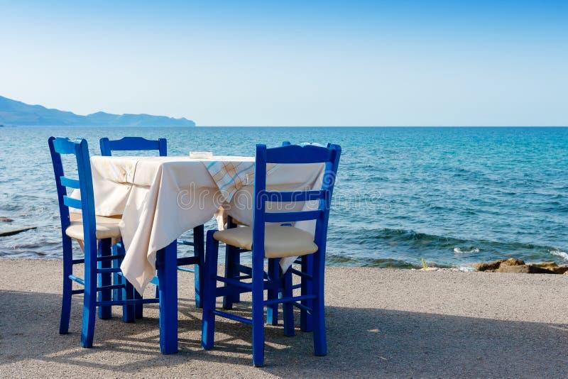 Trottoarkafé i Kissamos crete greece fotografering för bildbyråer