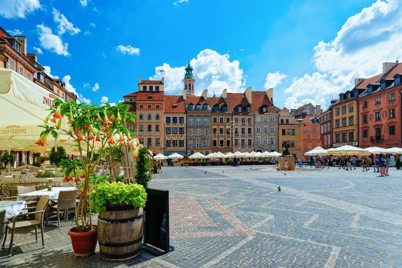 Trottoarkafé på den Syrenka sjöjungfrustatyn i gammal stadmarknadsfyrkant i Warszawa i Polen arkivfoto