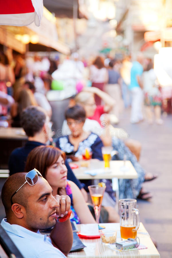 Trottoarkaféer i Nice royaltyfria foton