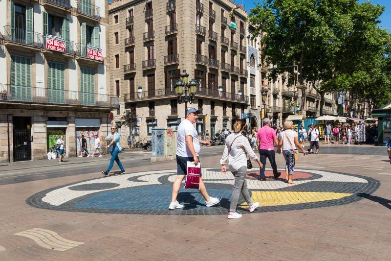 Trottoarmosaik av Joan Miro på la Rambla i Barcelona, Spanien royaltyfri foto