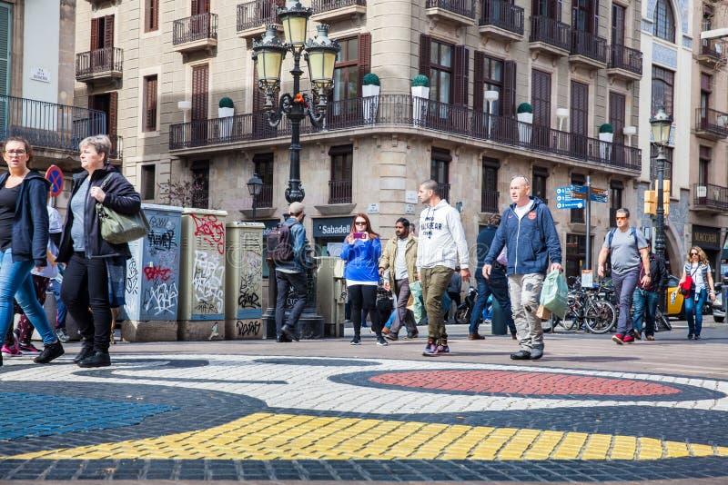 Trottoarmosaik av Joan Miro på LaRambla den fot- gatan i Barcelona Spanien royaltyfria foton