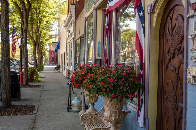 Trottoir dans une petite ville photos stock