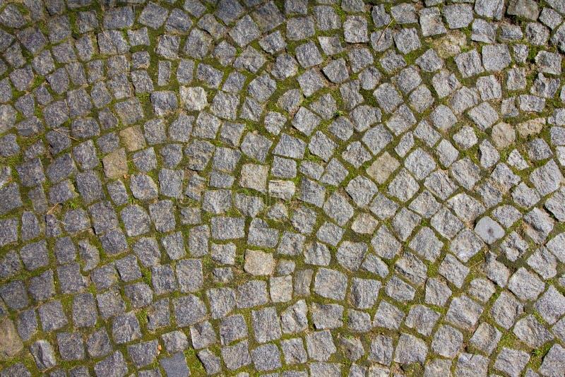 Trottoir de pavé rond de granit à la lumière du soleil égalisante chaude, fond extérieur abstrait horizontal de texture photo stock