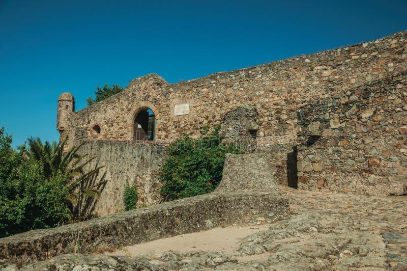 Trottoir de pavé rond montant au mur externe du château de Marvao photos stock