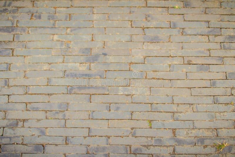 Trottoir en pierre gris rectangulaire sale pour le fond La vue supérieure du modèle gris de pavé, mêmes tailles lapide la route d image libre de droits