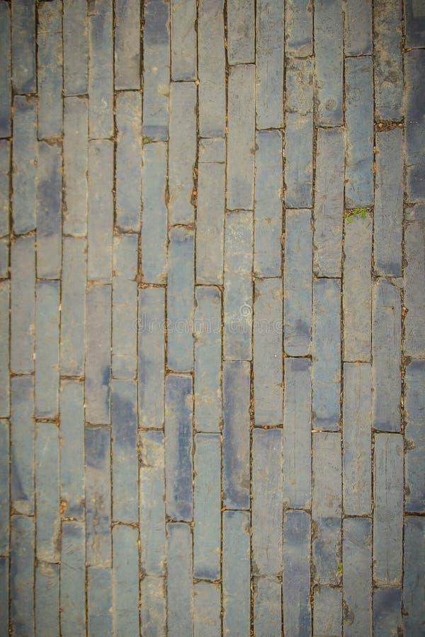 Trottoir en pierre gris rectangulaire sale pour le fond La vue supérieure du modèle gris de pavé, mêmes tailles lapide la route d image stock