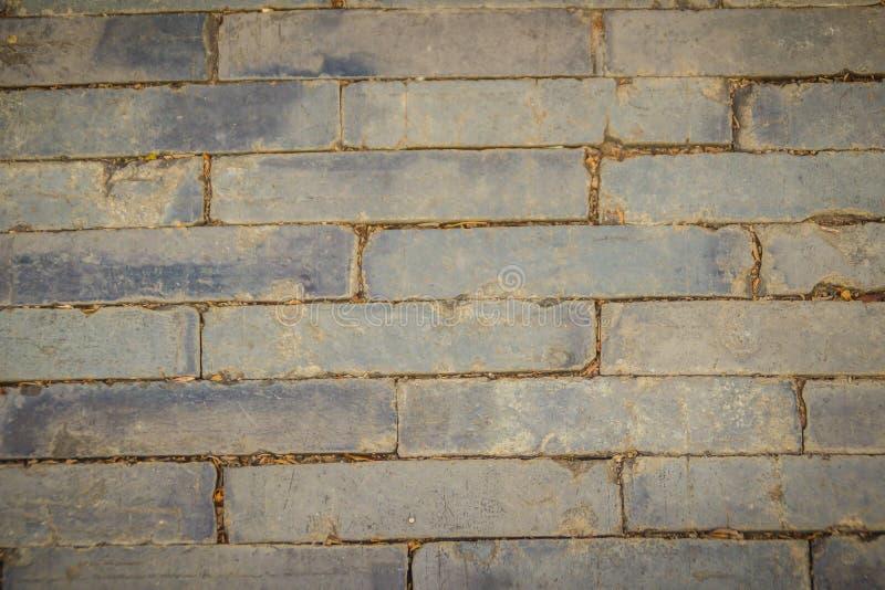 Trottoir en pierre gris rectangulaire sale pour le fond La vue supérieure du modèle gris de pavé, mêmes tailles lapide la route d photos libres de droits
