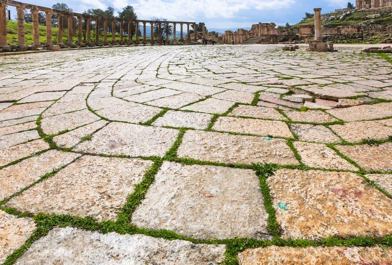 Trottoir humide de forum ovale dans Jerash en hiver images libres de droits