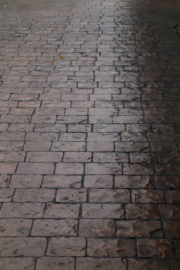 Trottoir humide de pavé rond après la pluie photo stock