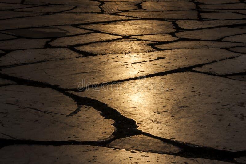 Trottoir lapidé d'une place à Izmir Turquie au coucher du soleil - photographie photographie stock