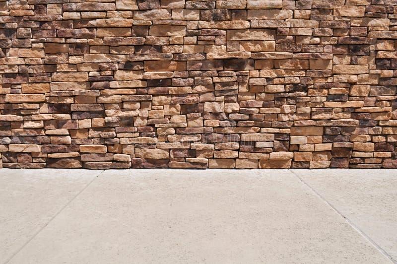 Trottoir neuf de mur de briques images stock