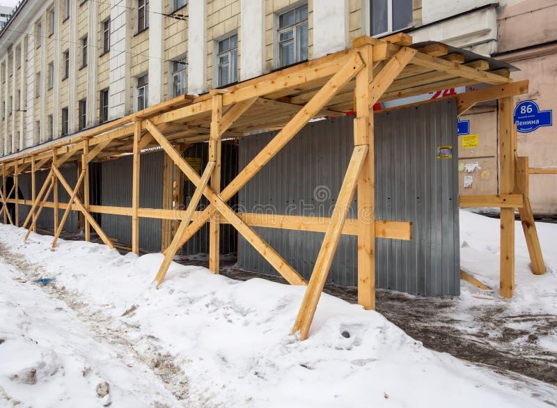 Trottoir protégé provisoire près du bâtiment reconstruit photos libres de droits