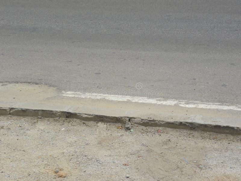 Trottoir sur la route avec la ligne blanche image libre de droits
