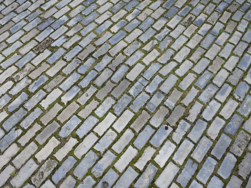 Trottoir très vieux de brique de rue antique dans la ville de Groningue en Hollandes image stock