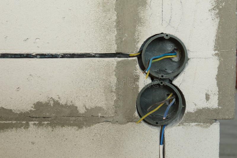Trou électrique de prise sur le mur en béton Prise électrique en construction photos stock