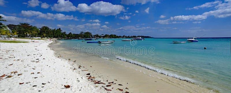 Trou Biches aux. - uno de la playa más famosa en la isla de Mauricio imagen de archivo