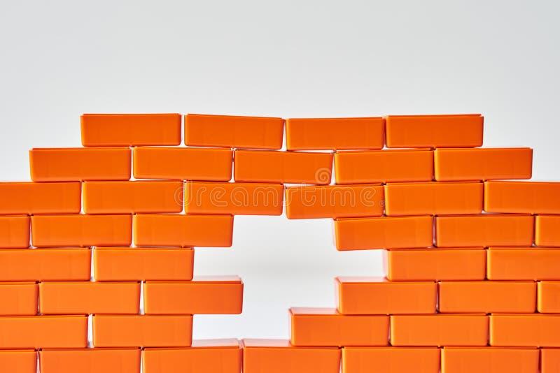 Trou blanc dans un mur de briques Vue de bloc de jouet dans la forme de la brique images stock