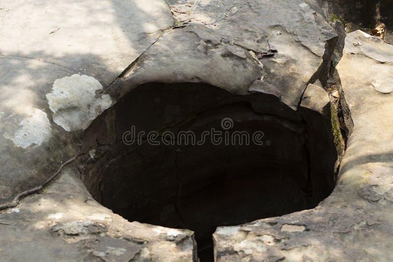 Trou d'eau dans la roche en planche, formation naturelle de paysage Formation géologique de la montagne en pierre Kbal Spean au C photographie stock