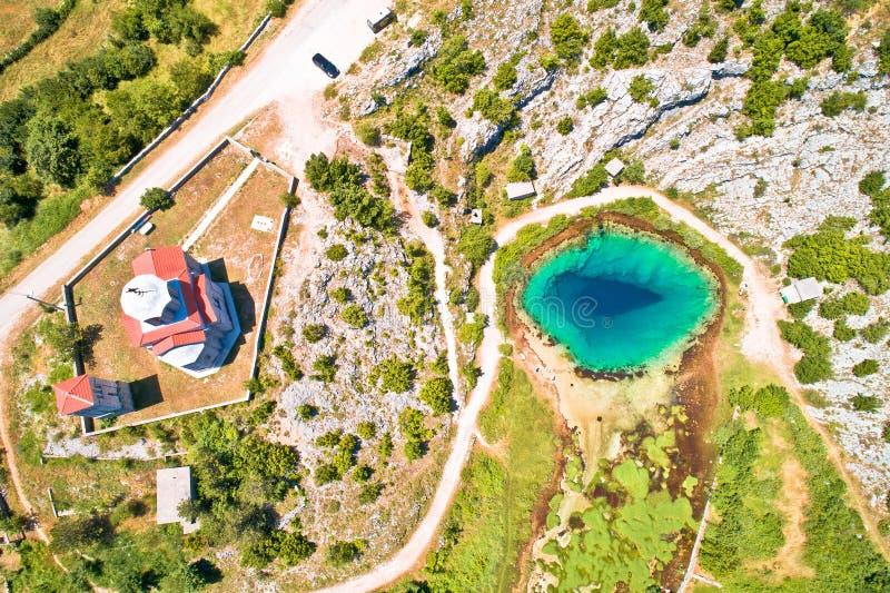 Trou d'eau de source de rivière de Cetina et vue aérienne d'église orthodoxe photos libres de droits