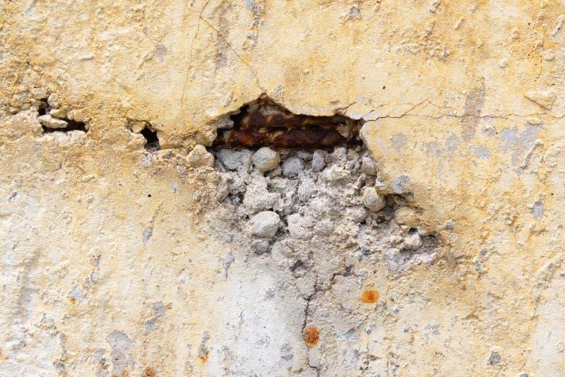 Trou dans le mur de ciment avec le renfort image stock
