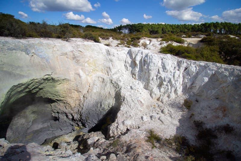 Trou de boue de Vulcano dans une vapeur chaude de cratère images stock