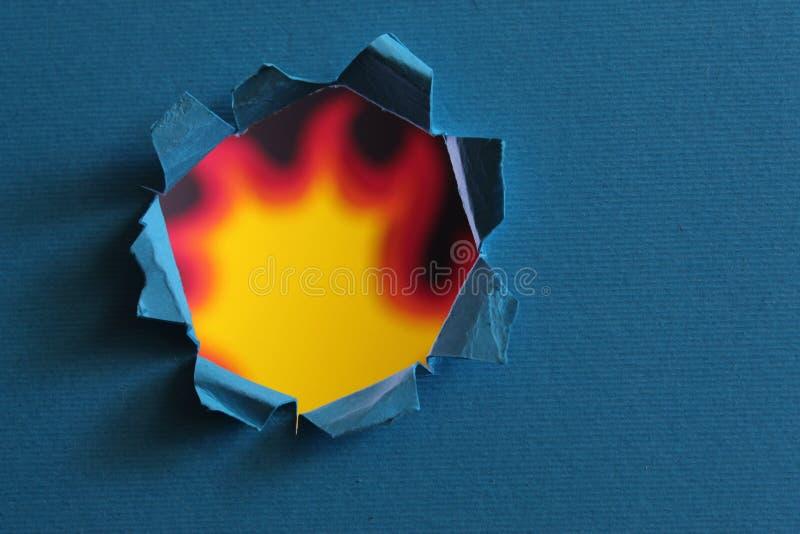 Trou de PaperCut et flammes en lambeaux déchirés d'un concept conceptuel de photo du feu de passion, puissance, danger, sécurité  photos stock