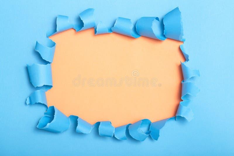 Trou en carton coloré, l'espace vide pour annoncer le texte en papier déchiré, texture de fond images stock
