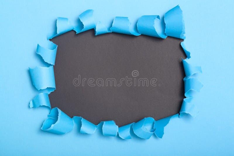 Trou en carton coloré, l'espace vide pour annoncer le texte en papier déchiré, texture de fond photos stock