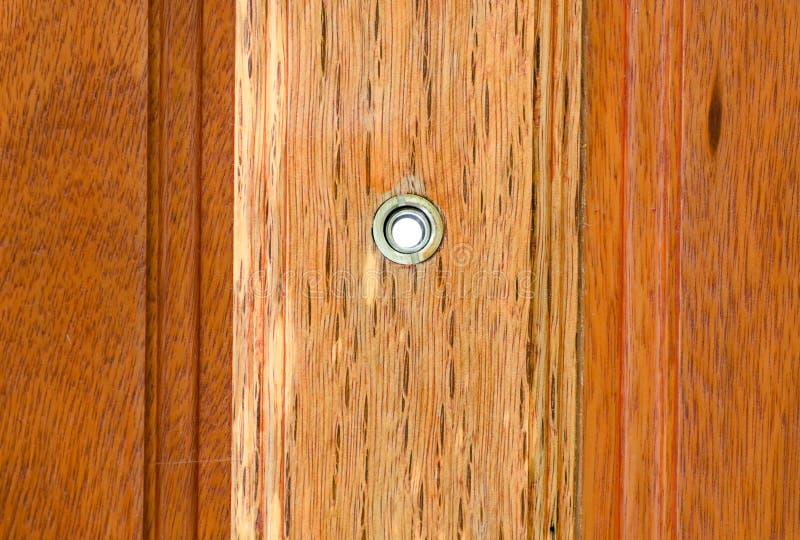 Trou sur la porte en bois photos stock