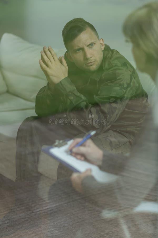Troubled a enfoncé le soldat photo stock