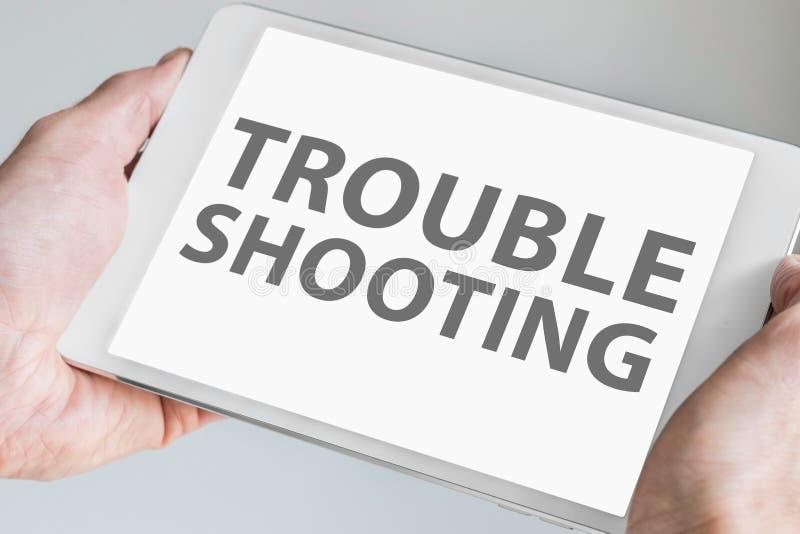 Troubleshooting tekst wystawiający na ekranie sensorowym nowożytna pastylka lub mądrze przyrząd obraz stock