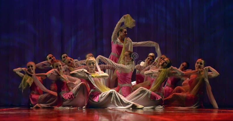 Troupe de danse de filles sur l'étape photo libre de droits