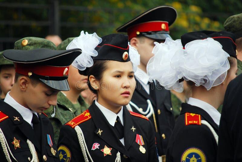 Troupe della scuola del cadetto in Tushino nordico Cadetti su un righello di mattina riunito prima di scuola sulla parata-terra fotografie stock libere da diritti
