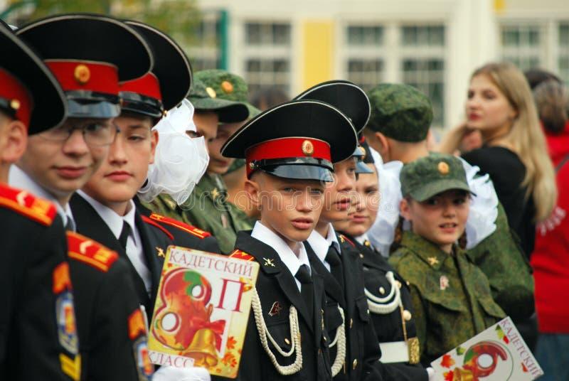 Troupe della scuola del cadetto in Tushino nordico Cadetti su un righello di mattina riunito prima di scuola sulla parata-terra fotografia stock